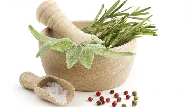 Sale aromatizzato alle erbe fai da te: la ricetta per preparare un ottimo insaporitore a costo zero