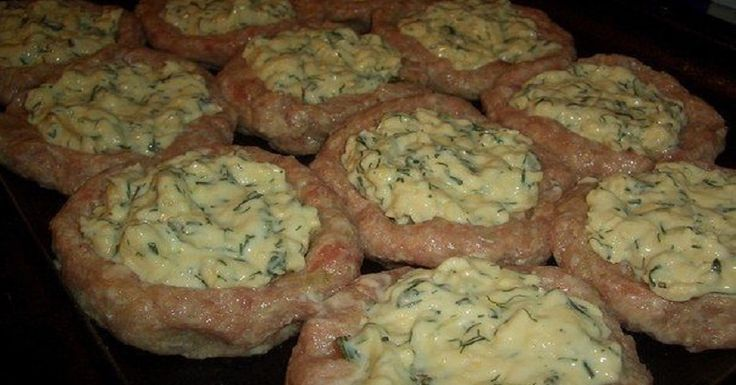 Kevés munkával egy ízletes vacsora a darálthúsos fészkek sajttal töltve! Akár melegen, akár hidegen isteni!