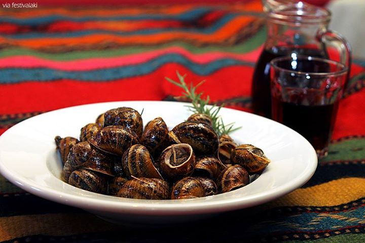 #Xοχλιοί #μπουμπουριστοί ! Αγαπημένοι των πολλών ! Τηγανισμένοι «αμπούμπουρα» όπως λέμε στην #Κρήτη, δλδ με την μούρη προς τα κάτω, εξού και η ντοπιολαλιά. ||   Fried #Snails, Authentic Cretan Cuisine