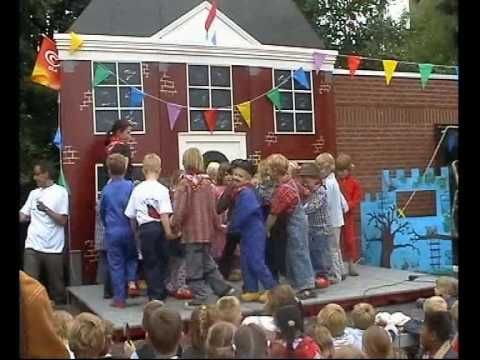 Sinte Maerte Gabbergat klompendans juni 2004.mp4 - YouTube