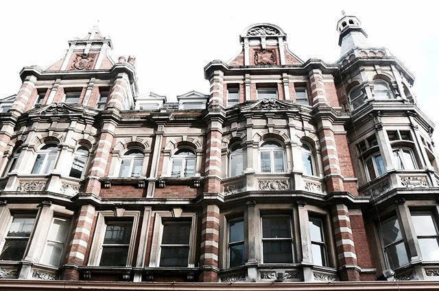 The classics. Look up⬆ . . #facade #architecture #mayfair #london #inspo #redbrick #classic #city #lifestyle #travel