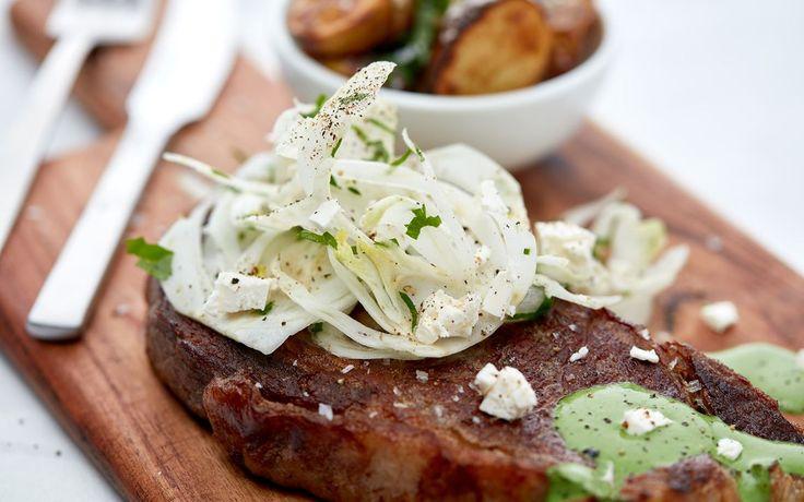 Biff med grønn saus, stekte poteter og fennikelsalat