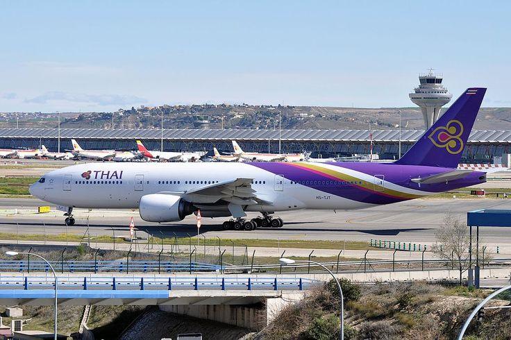 https://upload.wikimedia.org/wikipedia/commons/thumb/7/7e/Thai_Airways_International%2C_Boeing_777-200%2C_HS-TJT_-_MAD_%2819143448174%29.jpg/1024px-Thai_Airways_International%2C_Boeing_777-200%2C_HS-TJT_-_MAD_%2819143448174%29.jpg