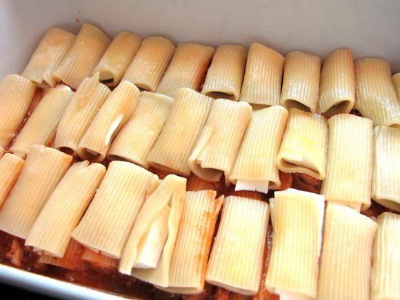 foto do preparo das camadas do macarrão recheado com queijo ao molho de sardinha