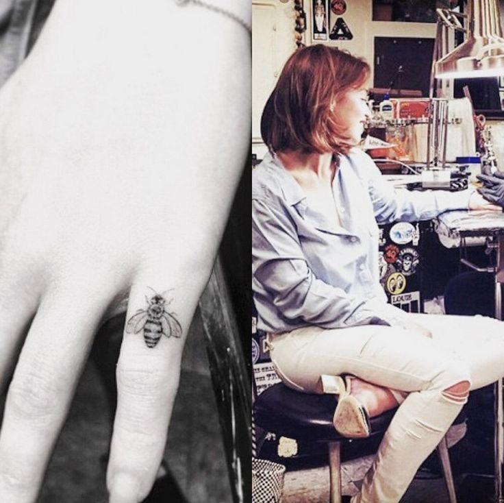 """Emilia Clarke s'offre un souvenir indélébile !   Emilia, elle a simplement pris la décision de se faire tatouer la même chose que son personnage, Lou. L'actrice a maintenant un petit doigt orné d'une jolie petite abeille, lorsque Lou a choisi elle de se faire tatouer dans l'aine. Avec la photo d'elle en train de se faire tatouer, Emilia Clarke a commenté : """"Me Before You était déjà gravé dans mon coeur, maintenant il est encré dans ma peau""""."""