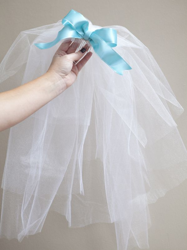 must have a veil !~ how to easily make a silly bachelorette party veil !