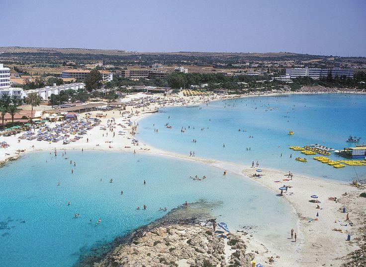 Baía de Nissi, em Aya Napa, na ilha de Chipre. Esta é a mais famosa praia de Ayia Napa, com excelentes instalações para desportos aquáticos.   Fotografia: Cyprus Tourism Organization.