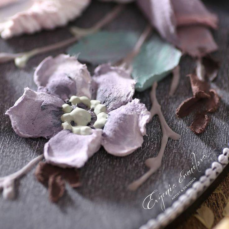 Как-то меня просили сделать полевые цветы, я обычно отвечала, что они слишком просты. На самом деле в их простоте вся сложность. Сделать красивую розу или пион не так уж сложно - переплетение лепестков, их наслоение и вуаля, красота готова... но что бы сделать красивую ромашку надо еще постараться. Что бы увидеть красоту в простейшем цветке мне пришлось взглянуть на него иначе, найти ту прелесть, что ранее ускользала от меня... и меня понесло... сможете наблюдать за моими экспериментами в…