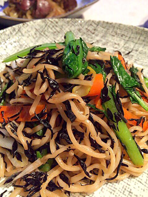 余ったひじき…焼きそばに入れちゃえ‼︎ W効果で、鉄分いっぱい摂れるかな(o´▽`)ノ゙⁇ - 83件のもぐもぐ - ひじきと小松菜のエビ塩焼きそば♡ by jojoeri