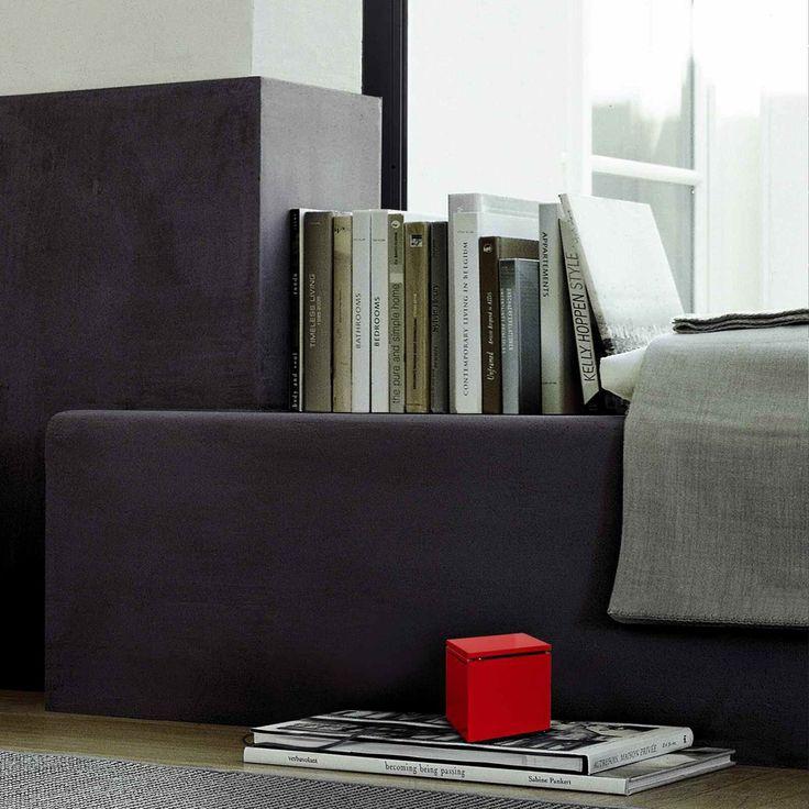 Cuboluce Cini e NIls è una piccola lampada da lettura ideale per leggere a letto.