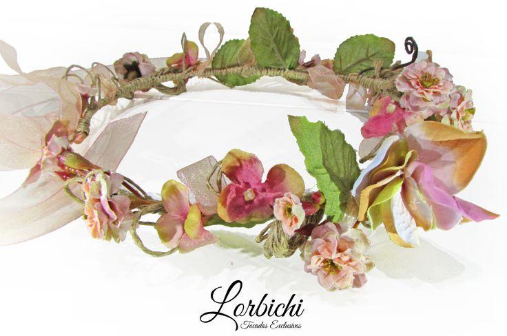 Corona de flores en rosa palo, crudo y verde.  #tocado #corona #coronadeflores #comunion #boda #novia #invitada #tiara #lorbichi #tocadoslorbichi #lorbichi #lorbichinovias #headpiece #flores #rosa #peinado #wedding #recogido #pelosuelto