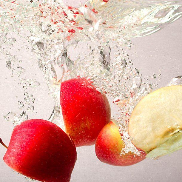 Il sidro: se le ricette sono infinite, i consigli importanti sono solo alcuni: le mele vanno private dei semi ma non della buccia che contiene i lieviti e poi fatte riposate per qualche ora. La poltiglia che ne risulta si centrifuga fino a ottenere un succo limpido oppure si può avvolgere in un telo e spremere in un torchio. Per la fase di fermentazione basti ricordare che più è bassa la temperatura più questa è lenta o, viceversa, tumultuosa... (gustosidro.it)