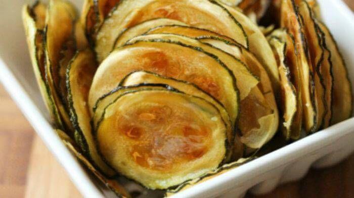 Чипсы из кабачков - вкусная, низкокалорийная закуска, в отличии от картофельных чипсов.