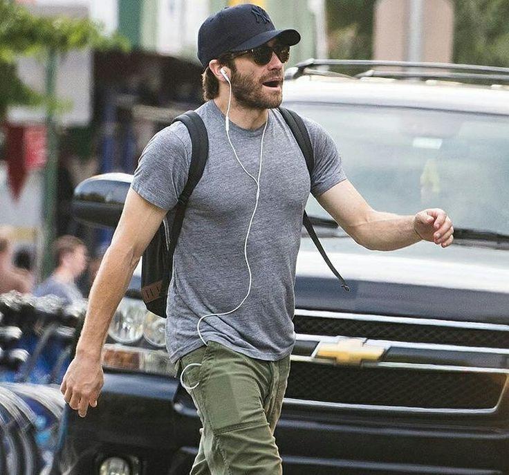 #JakeGyllenhaal todo feliz cantando ao som de uma música no fone, em NY. ( Getty) • • • • • • • • • • • • • • • • • • • • • • • • • • • • • #JakeGyllenhaal, Happily singing to the sound of an music on the headset in NY. ( Getty)
