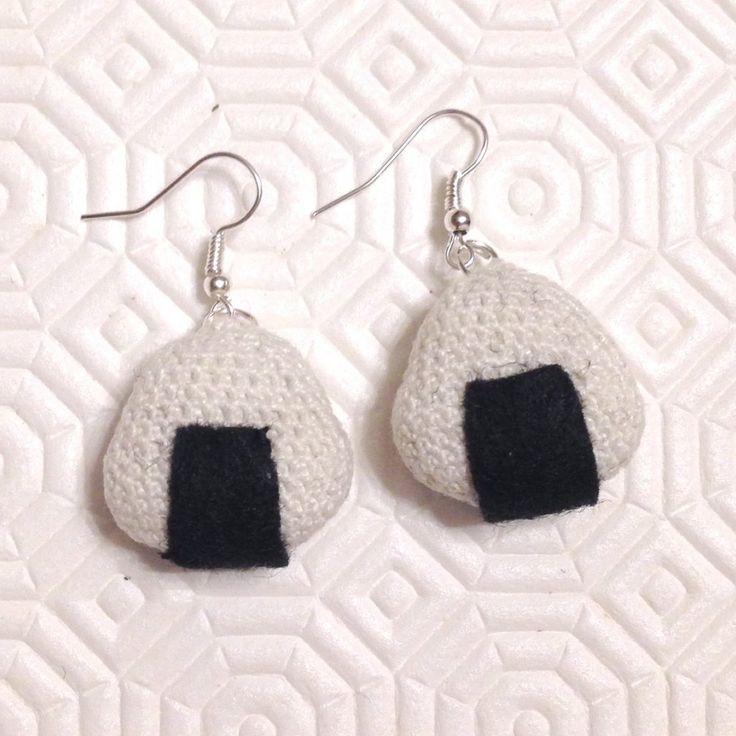Orecchini pendenti con mini sushi onigiri di riso amigurumi, fatti a mano all'uncinetto , by La piccola bottega della Creatività, 10,90 € su misshobby.com