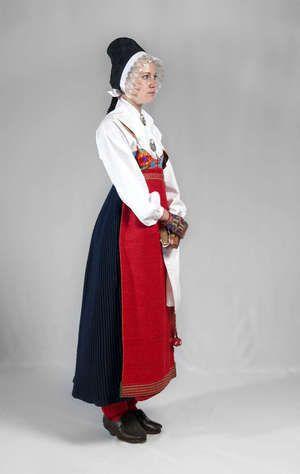 Flickan är klädd till konfirmationens första dag – Boda, Sweden.