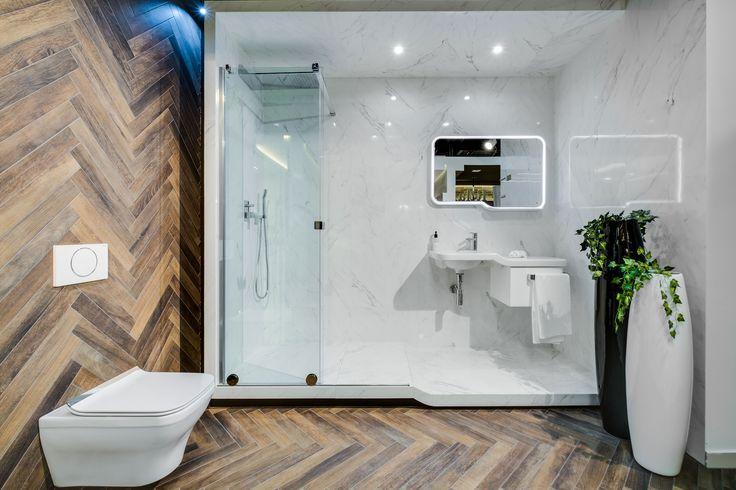 Ekspozycja Max-Fliz łazienka, łazienka modern, płytki jodełka, płytki drewno, lustro modern oświetlone, lustro oświetlone, biały, marmur, drewno, styl modern, design. Łazienka Najwyższej jakości Płytki łazienkowe i kuchenne