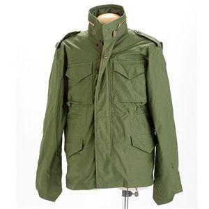 戦場で活動する兵士の命を支えるために生み出されたその機能性・機能美から、あらゆる洋服の原型やディテールの元ネタとなっているミリタリージャケット。押さえておくべき...