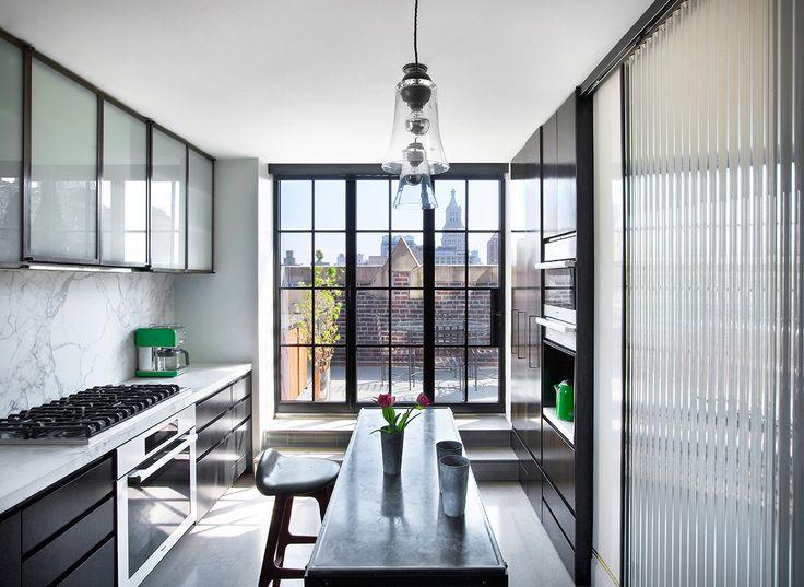 Recicla - AD España, © REVISTA AD En este loft de Nueva York, vasos de cemento se convierten en soportes florales originales.