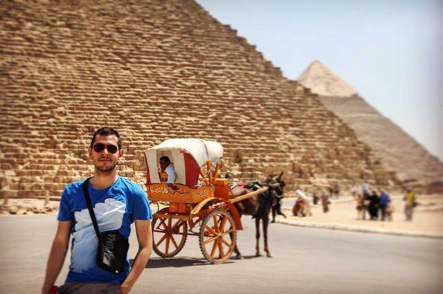 Las pirámides de Egipto construidas para abuelo padre e hijo. Con miles de años de antigüedad son el recuerdo de aquella poderosa y antigua civilización