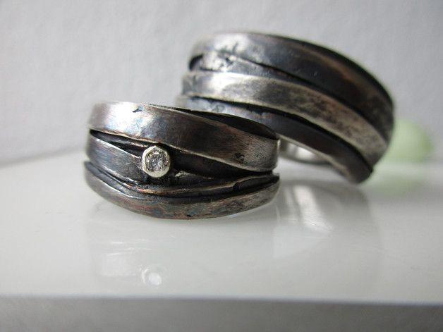 Zauberhafte Trauringe aus 925 Silber geschwärzt oder hell bzw. in Weissgold ...,ca.8 bis 9mm breit und ca. 1,5 bis 2mm dick .Unregelmäßige Bänder ziehen sich über den Ring .An der Seite sitzt ein...