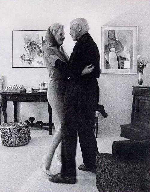 1961: Marilyn dancing with Carl Sandburg.