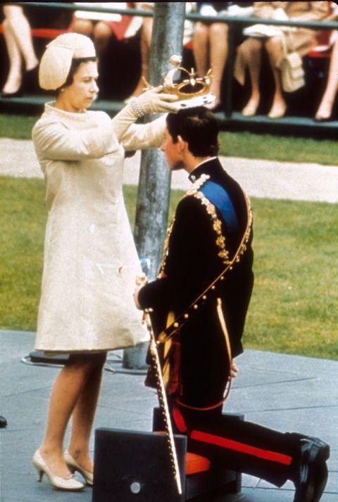 Su hijo mayor, Carlos, se ha convertido en el eterno príncipe. Muchos creen que nunca llegará a ser Rey ya que será su hijo, el príncipe Guillermo, quien heredará el trono.  En esta imagen,la Reinaproclamando a su primogénitoPríncipe de Gales.