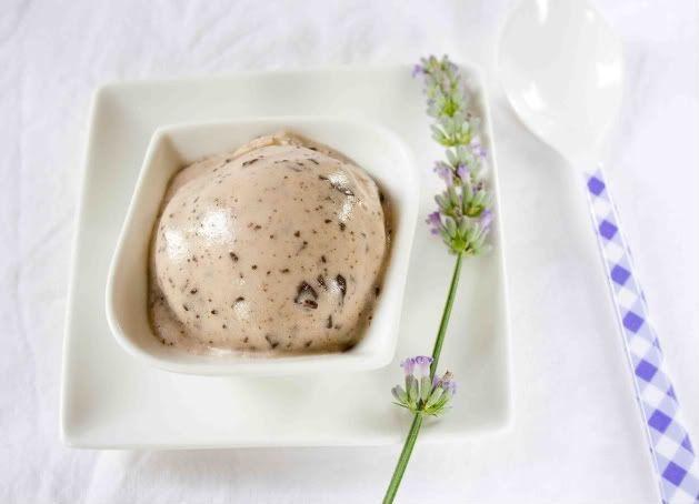 lavendel-chocolade ijs (+ kokosmelk, sojamelk, arrowroot, stroop, vanillepoeder)