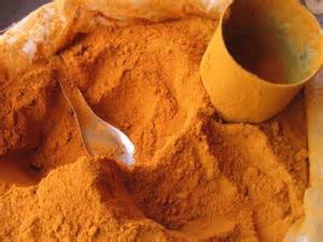 La curcumina, non è immediatamente biodisponibile  Per migliorarne l'assorbimento è necessario combinarla con altri alimenti:  il pepe nero, grassi derivanti da oli vegetali: olio d'oliva, cocco, lino o prodotti contenenti quercetina:  tè verde,  frutti di bosco, uva rossa.