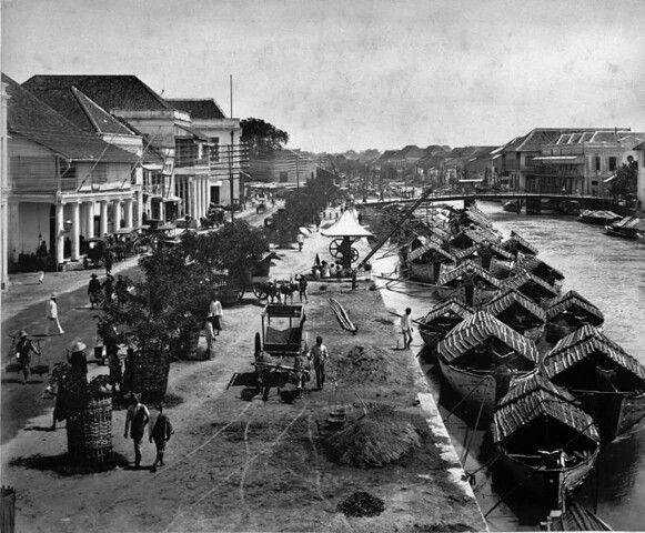 Jln Kalimas (Willemskade) dengan background Jembatan Merah < 1900
