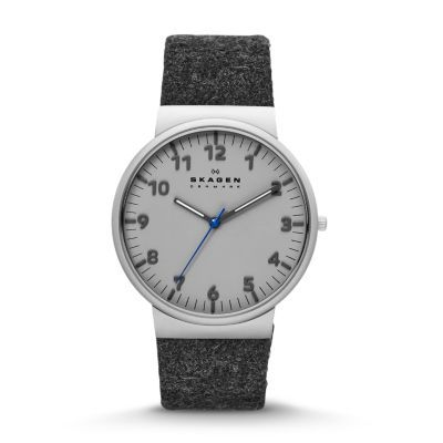 We took our clean Men's Ancher Watch design and added the soft durability of felt. The Ancher Men's Felt Watch has a 40-mm case with a to-the-point dial on which numerals mark the hours and dashes the minutes. A pop of color on the second hand is picked up by the contrasting stitching on the end of the strap.