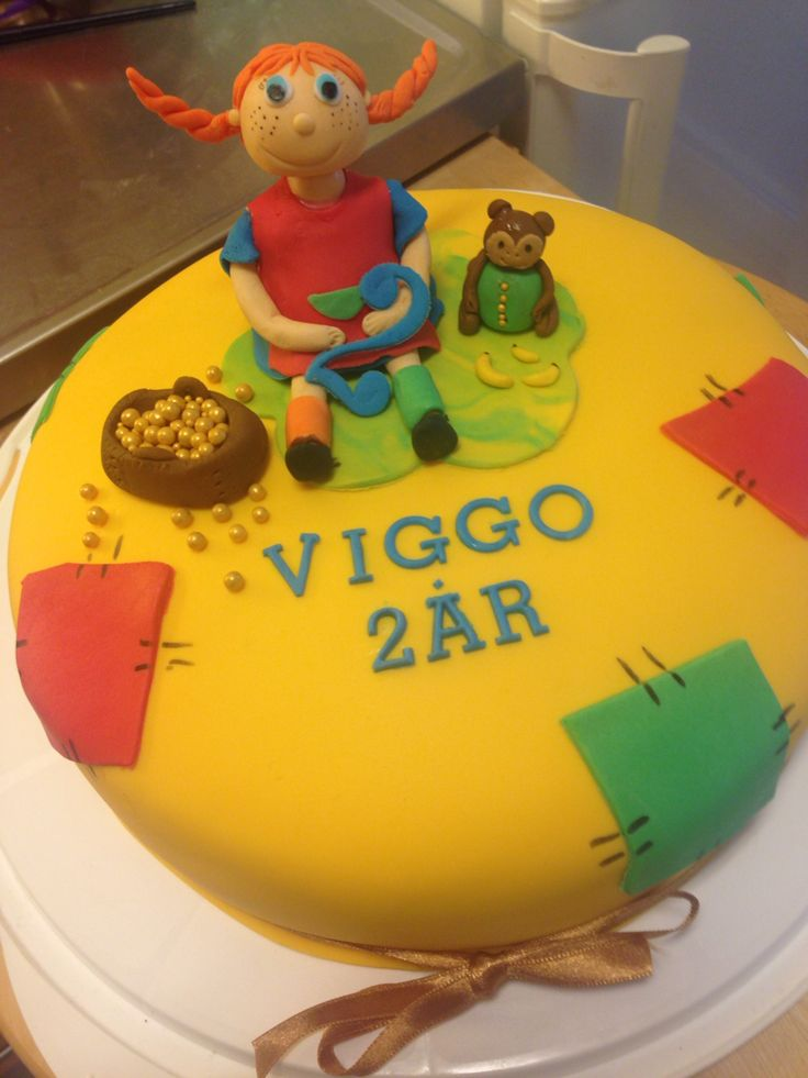 Celebrating Viggos 2nd bithday, with a cake with Pippi longstocking as caketopper