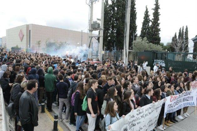Όχι στην κατάργηση των επαναληπτικών εξετάσεων από τους μαθητές!!!   Μαθητές από σχολεία της Αθήνας και του Πειραιά πραγματοποίησαν συλλαλητήριο έξω από το υπουργείο Παιδείας με κύριο αίτημα να μην καταργηθούν οι επαναληπτικές πανελλαδικές εξετάσεις. Οι συγκεντρωμένοι διαμαρτυρήθηκαν έντονα και για την απόφαση οι ενδοσχολικές να δοθούν φέτος για πρώτη φορά πριν τις πανελλαδικές εξετάσεις. Αντιπροσωπεία συναντήθηκε με συμβούλους του υπουργού Παιδείας καθώς ο Κώστας Γαβρόγλου απουσίαζε αλλάδεν…