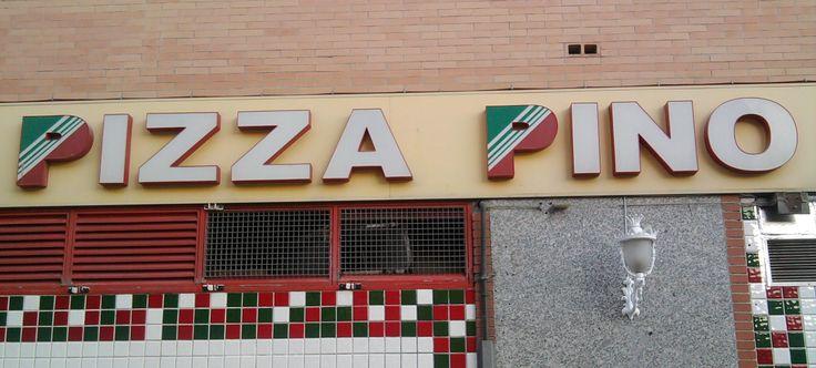 Fotografía tomada al lado del Centro Comercial Larios Centro, Málaga.  La tipografía de esta pizzería utiliza los colores de la bandera italiana, para señalar el dominio de la cultura de Italia en el local.  #tipocallejera #tipo1314