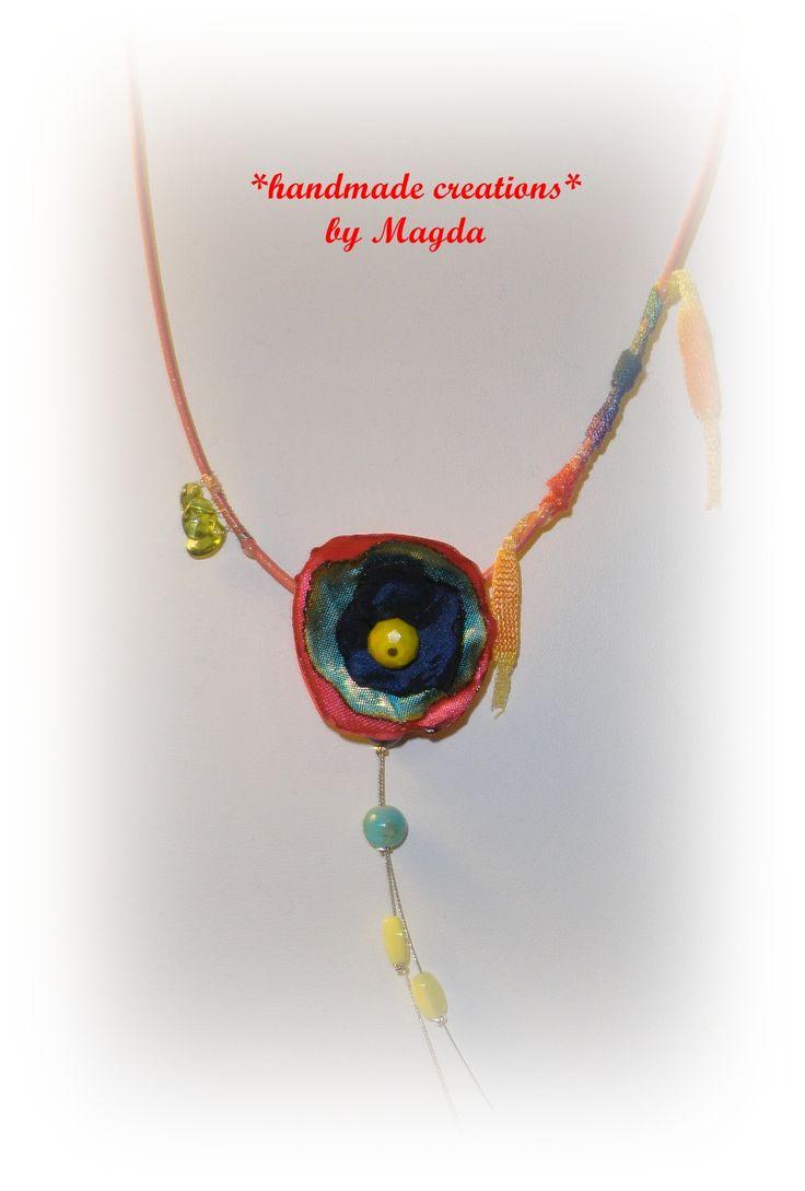Κολιέ με δερμάτινο κορδόνι, γυάλινες χάντρες και υφασμάτινο μοτίφ