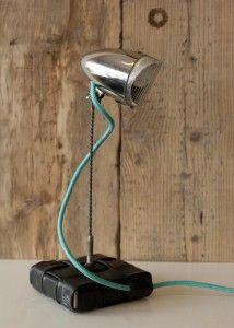 un vieux phare de vélo transformé en lampe de bureau