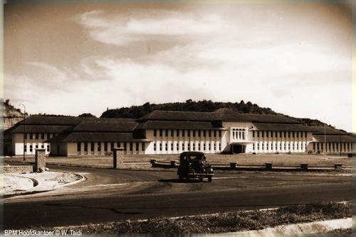 BPM Hoodfkantoor Balikpapan / Kantor Pertamina Refinery Unit V - Balikpapan    Source : http://alumnirk.multiply.com/photos/album/6/Balikpapan-Tempo-Doeleoe