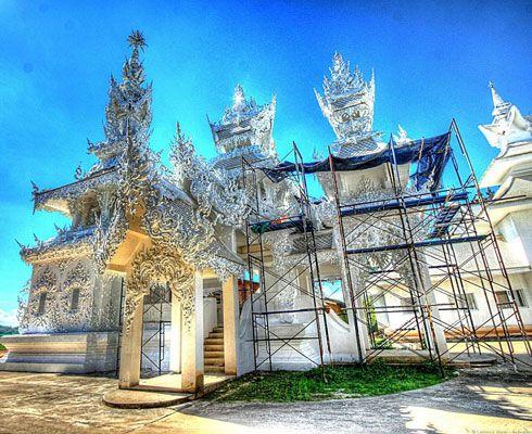 Daca te atrag obiectivele turistice bizare, atunci trebuie sa vezi Templul Alb din Chiang Rai, Thailanda!