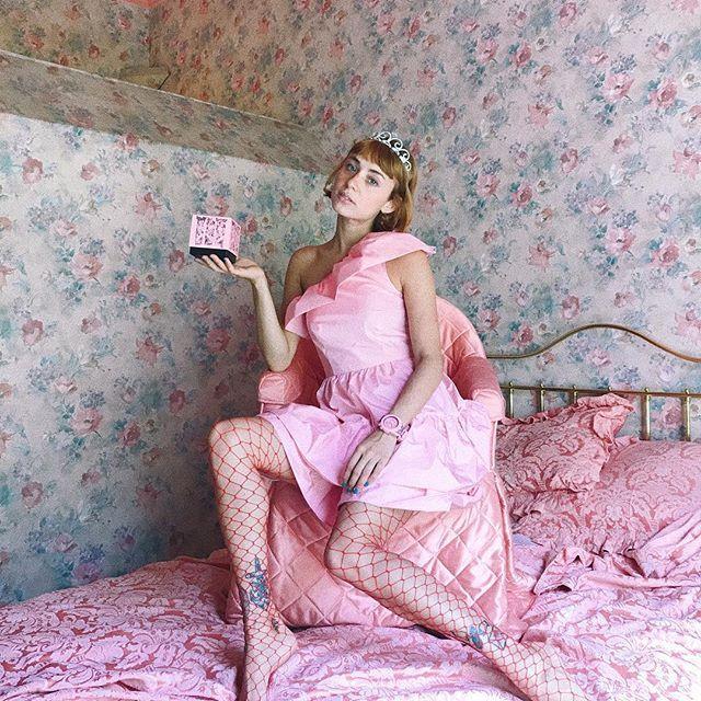 Amigoooo tengo noticias guayyys! He diseñado un reloj rosa con mis chicas desnudas en las correas locoooo! Entrad en mi stories para verlo de cerca y en la web de http://www.watxandco.com/miranda/ para comprarlo, está súper bien de precio leloooooo lelooooo❤️🤣 pic by @davidgomezmaestre 🌸 Por cierto viene en una cajita también con mis dibujos que es preciosaaa, estoy feliz! 😍Como es edición limitada hay poquitas unidades 🙏🏻🌈⭐️