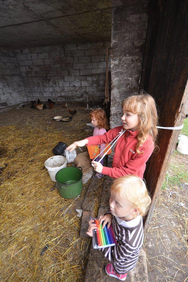 Dziewczynki pokazały nam gospodarkę babci , bardzo lubią być w tym miejscu bo kochają zwierzęta