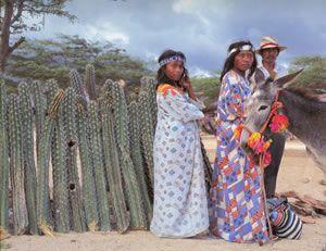 Familia wayuu. A veces se olvida la importancia de la tradición gastronómica de la comunidad wayúu o guajira http://esnobgourmet.com/2012/06/23/un-kai-brillante-gastronomia-guajira/