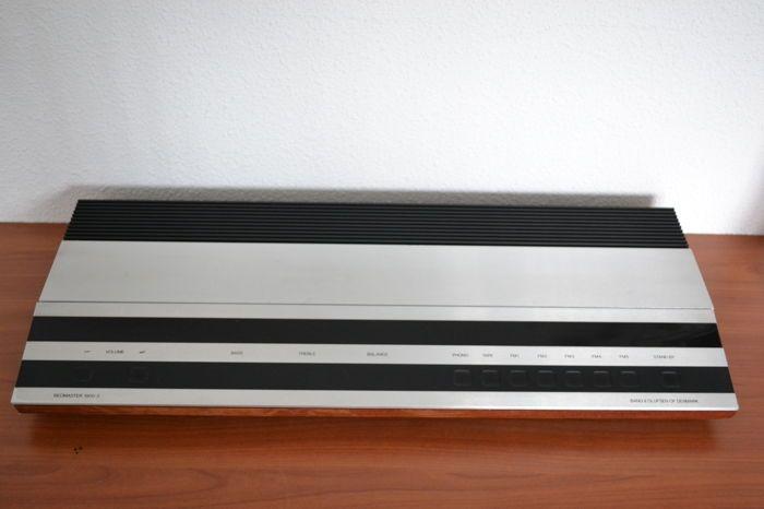 Beomaster 2000 & Beocord 2000  Zeer fraaie B&O set een lust voor oog en oor. Deze set verkeerd in mooie staat en heeft lichte gebruikssporen. Van de Beocord zijn alle snaren vervangen en speelt weer als nieuw. De Beomaster is volledig functioneel en alle lampjes zijn in orde. Het enige minpuntje is dat er rechts op het front een postcode is gegraveerd.BeoMaster 2000 Tuner/Amplifier Product SpecificationsTypes: AM/FM 2917 (1983 - Dec 1983) AUSFM 2915 (1983 - May 1986) USFM 2913 (1983 - Nov…