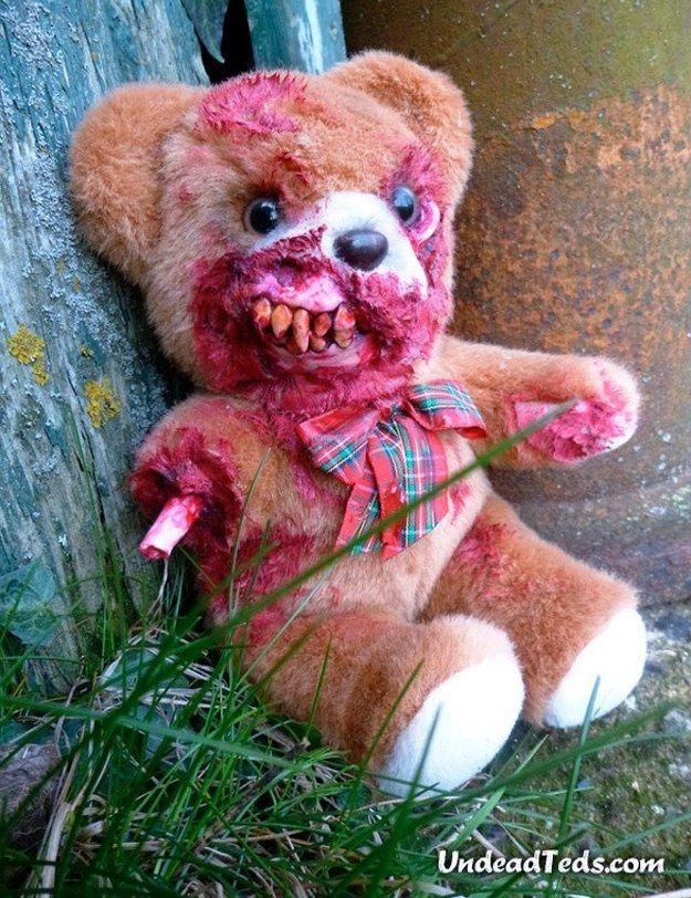 Achetez un ourson-zombie ou créez-en un avec un peu de peinture rouge et des fausses dents ! Les enfants n'aimeront plus autant leurs peluches le soir d'Halloween...