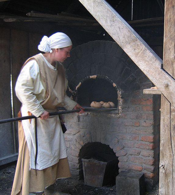 Baking bread in a stone oven / Photo: Hans Splinter