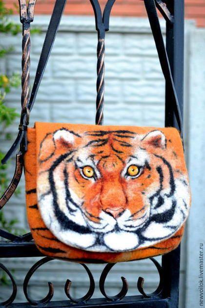Купить или заказать Валяная сумка 'Тигр' в интернет-магазине на Ярмарке Мастеров. На валяной сумке изображён Тигр - символ энергии, силы и таланта, центр, Солнце. Яркая и эксклюзивная валяная сумка. Несомненно эта сумка будет привлекать к своей хозяйке взоры окружающих. Валяная сумка выполнена в технике 'шерстяная живопись' из мериносовой шерсти. Сумка закрывается на кнопку-магнит. Валяная сумка имеет льняную подкладку. Внутри сумки открытый кармашек.