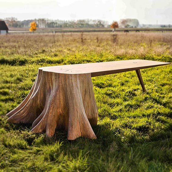 Inspirée de l'univers onirique des contes où les forêts s'animent, la table Racines carré conjugue la nature à un objet usuel. À un tronc d'arbre extrait de la forêt, le designer et les ébénistes greffent délicatement un plateau en bois et le tr...