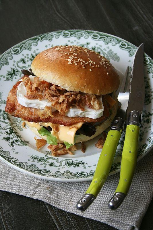 Burger au poulet, chèvre et oignons croustillants (Buns maison) - Passion culinaire by Minouchka