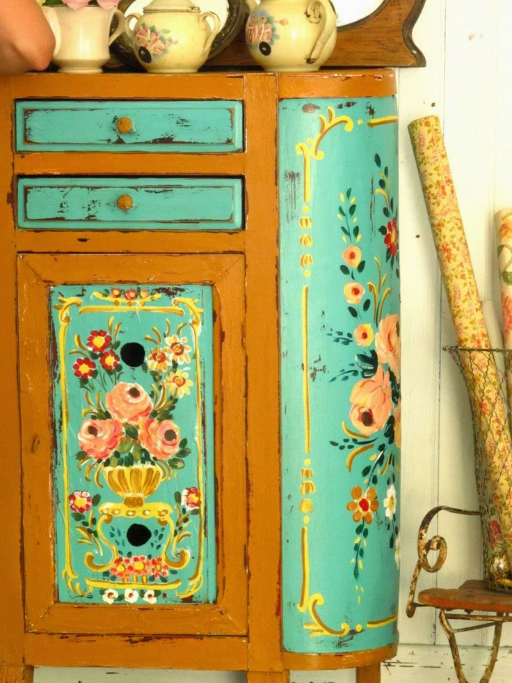 So pretty. I love painted furniture and great way to upcycle!   LAS VIDALAS