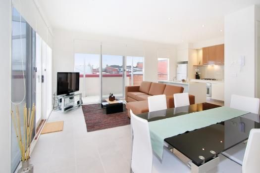 12/114a Westbury Close, East St Kilda, Melbourne. A modern spacious East St Kilda apartment suite with the added bonus of roof-top views within a peaceful, yet charming street location. Boutique accommodation at its best.  This apartment comes with the maximum possible pay TV (Foxtel) package, ie, you have access to all possible channels.  Ideally situated for getting around Melbourne, the apartment comprises of a modern equipped kitchen with open plan design.