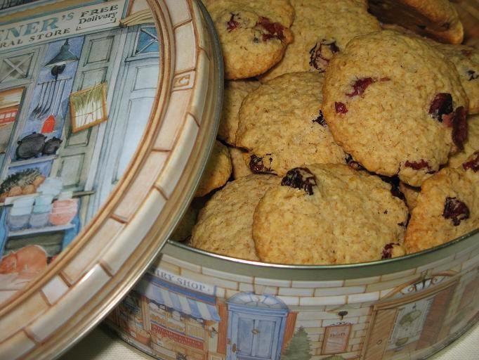 Zabpelyhes áfonyás keksz   Ritakonyhaja  adta az ötletet, hogy valami egészséges(ebb) sütit süssek. Nála zabkorpás áfonyás keksz néven fut, én viszont zabpehellyel ké...